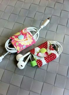 End with tangled cables-Ende mit Kabelsalat End with tangled cables - Small Sewing Projects, Sewing Hacks, Sewing Crafts, Felt Crafts, Diy And Crafts, Pochette Portable, Cord Organization, Craft Sale, Fabric Scraps