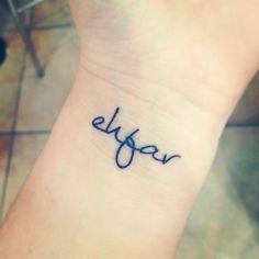 """Pequeño tatuaje en la muñeca que dice """"ehfar"""", letras iniciales de la frase """"Everything happens for a reason"""", frase en inglés que traducido al castellano significa """"Todo pasa por alguna razón""""."""