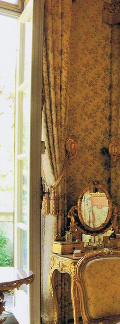 A glimpse inside a Grimaldi palace bedroom in Monaco. Lovely gilded French vanity, chairs upholstered and windows draped in century golden florals gilded French vanity, chairs upholstered and windows draped in century golden florals… French Vanity, Vintage Vanity, Interior And Exterior, Interior Design, Interior Decorating, Decorating Ideas, Living Vintage, Purple Home, Rococo Style