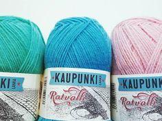Kaunis ja helppo pitsisukka – lankasatamanblogi.fi Knitting Socks, Throw Pillows, Crochet, Bed, Knit Socks, Toss Pillows, Stream Bed, Chrochet, Decorative Pillows