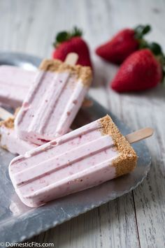 Strawberry Cheesecake Popsicles + 32 more delicious popsicle recipes! Frozen Desserts, Frozen Treats, Just Desserts, Delicious Desserts, Dessert Recipes, Yummy Food, Cookbook Recipes, Picnic Recipes, Baking Desserts
