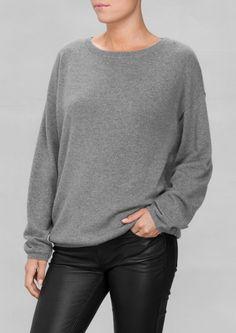"""950kr - http://www.stories.com/dk/Ready-to-wear/Knitwear/Oversized_Cashmere_Sweater/582940-10468550.1 Kan købes i butikken """"& other stories"""" på strøget"""