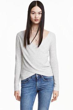 Camisola traçada canelada : Camisola de mangas compridas em malha canelada macia com decote em V e traçado na frente.