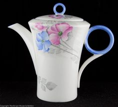 This Shelley Regent shape coffee pot has the crisp and clean lines that we know so well of the Shelley Art Deco designs of the Coffee Cups, Tea Cups, China Pot, Cute Teapot, Carlton Ware, Pot Sets, Baby Cakes, Chocolate Pots, Kakao