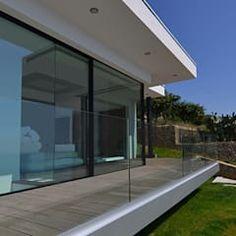 Villa vista mare a bergeggi (sv) barra&barra srl case in stile minimalista   homify Villa, Windows, Outdoor Decor, Case, Home Decor, Barbell, Pictures, Minimalist House, Decoration Home