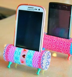 Easy DIY mobil phone stands from toilet paper rolls // Mobiltelefon tartó (állvány) wc papír gurigából // Mindy - craft tutorial collection // #crafts #DIY #craftTutorial #tutorial #KidsRoomDecor #DIYKidsRoomDecor