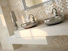 carrelage salle de bains simili marbre, mosaique nacrée et vasques métalliques