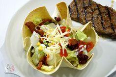 Mexikanischer Salat in Tortilla Schalen