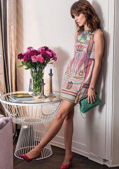 Die farbenfrohen Muster der Azteken - hier finden sie sich wieder auf einem beinahe futuristisch wirkenden Kleid. Intelligent angeordnete Printmotive an den Seiten sorgen für die Betonung der Taille.