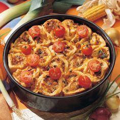 Für die Füllung Porree und Zwiebeln putzen, in feine Ringe schneiden und mit Mais in Butter oder Margarine 5 Minuten dünsten. Tomatenstückchen...