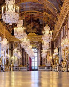 Versailles et sa galerie des glaces ... Photo prise étalée à plat ventre sur le sol royal ... Quel privilège !😃Merci encore à toute l'équipe @chateauversailles…