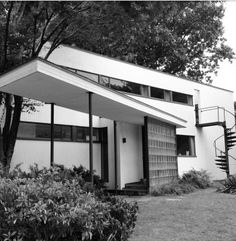 Gropius House in Lincoln, Massachusetts was designed by architect and Bauhaus founder Walter Gropius as his family residence when he accepted a teaching position at the Harvard Graduate School of Design. Walter Gropius, Contemporary Architecture, Interior Architecture, International Style Architecture, Art Deco Home, Famous Architects, Le Corbusier, Modern Buildings, Wassily Kandinsky