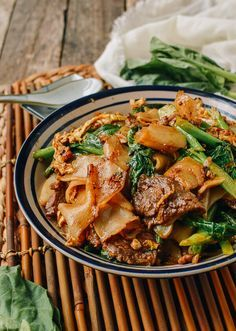 Pad See Ew is what I would consider Thai fast food, right up there with all of our favorite takeout noodle dishes––like lo mein, pan-fried noodles and Drunken Noodles. It comes together quickly as long as all the ingredients are prepared ahead of time and Asian Recipes, Beef Recipes, Cooking Recipes, Healthy Recipes, Fast Recipes, Cooking Games, Healthy Thai Food, Thai Food Recipes Easy, Budget Cooking
