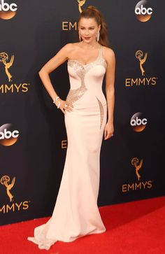 Sofia Vergara lució un vestido de corte sirena y escote asiméntrico de Versace, que combinó con joyas de Lorraine Schwartz.