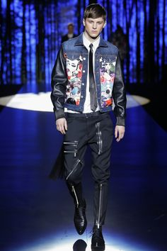 See all the Collection photos from Autumn/Winter 2016 Menswear now on British Vogue Uni Fashion, Milan Men's Fashion Week, Versace Fashion, Next Fashion, Mens Fashion Week, Winter Fashion, Fashion Show, Fashion Outfits, Fashion Design