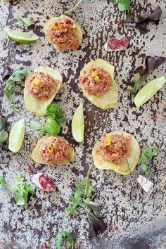 Traigo una delicia, que seguro os va a encantar, por lo menos ne casa y quién lo ha probado, le ha gustado. Un tartare de fuet (longaniza, salchichón) que es ideal para poner como aperitivo.  Ingredientes 1 fuet (150 gr )3-4 tomates1 cebolleta tierna (pequeña)4 alcaparras1 cucharadia de mostaza dijonRalladura de lima1 c/s de salsa worcestershire (perrins)Aceite ...