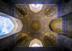 """İranlı fizik öğrencisi Muhammed Rıza Domiri Ganji, """"Tarihi İran: İslami Anıtlar ve Mabetler"""" başlıklı fotoğraf serisi için ülkesindeki birçok tarihi cami, han ve hamamı gezerek, bu yapıların mimari güzelliğini sergileyen geniş açılı fotoğraflar çekmiş."""