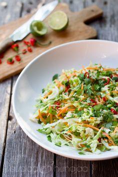 Vietnamilainen varhaiskaalisalaatti syntyy vain kalakastikkeen kokoisella poikkeamisella Aasia-hyllylle. Aasialaisia makuja varhaiskaalisalaatti saa chilistä, limestä, kalakastikeesta, inkivääristä ja korianterista.