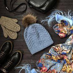 Шапка #zigzag_hat по дизайну @belka_handmade Уже давно у меня был куплен один моток пряжи Alize Lanagold (полушерсть, 240м/100г) красивого серо-голубого цвета Даже не помню для чего его покупала, наверное, просто цвет понравилсяИ как-то при определении пряжи для шапки, выбор сразу пал на этот моток✔️Ну и в плотность попала сразу на спицах номер 5✔️В процессе вязания шапки поняла, что нашейного аксессуара данного оттенка у меня нет... Беда Вариант докупать пряжу и вязать шарф/сну...