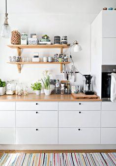60 The Beautiful White Farmhouse Of An Interior Designer 27 - homesdeccor Apartment Kitchen, Home Decor Kitchen, Interior Design Kitchen, New Kitchen, Home Kitchens, Ideas Cabaña, Decor Ideas, Minimalist Home, Sweet Home