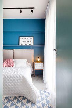 Two Design | Tishman - Suíte casal, quarto azul, parede azul, quadro easy like sunday morning, cabeceira estofada, almofadas coloridas, madeira. Luxury Furniture, Easy, Ikea, Sweet Home, Design, House, Inspiration, Home Decor, Bedrooms