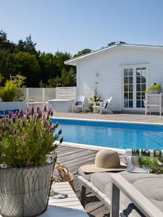 Oas på Öland med härligt poolhäng - ANNA TRUELSEN INTERIOR STYLIST & INFLUENCER Outdoor Pool, Outdoor Spaces, Outdoor Living, Outdoor Decor, Swimming Pools Drank, New England Homes, England Houses, Backyard, Patio