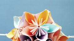 Il fiore Kusudama fai da te fatto con la carta per decorare gli angoli della casa.