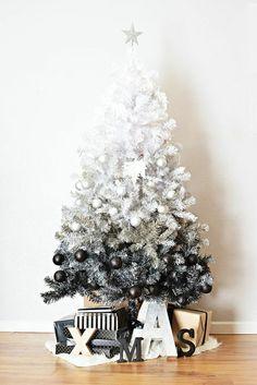 Disposer des lettres en carton au pied du sapin pour une déco de Noël canon !