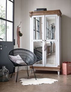 Da nehmen wir gerne Platz: Dieser Stuhl aus Kuburattan schafft die Brücke zwischen Industrial Chic und Ethno-Trend. Da öffnen wir direkt den Kleiderschrank und ziehen unseren Hut!