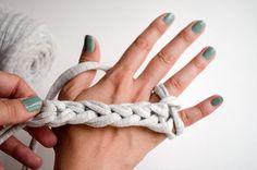 Aprende cómo tejer con los dedos. Es fácil, rápido y adictivo… y encima es genial para enseñar a los niños a tejer, ¡no se puede pedir más! Paso a paso.