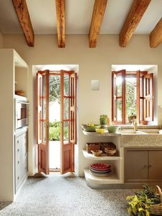 Cocina rústica con fregadero y suelo de piedra, y muebles de obra y madera. Vigas 00364574 #casasrusticasdepiedra