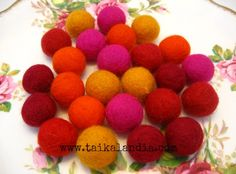 Learn how to make felt balls. Free tutorial with lot of photos. Very easy and simple to make. Felting Tutorials, Felt Ball, Wet Felting, Handmade Crafts, Dog Food Recipes, Raspberry, Peach, Villa, Pattern