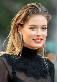 Wet hair is every where. If you want to achieve the wet hair look you've been seeing on celebrities, never fear. Wet hair is not very difficult to recreate. Night Out Hairstyles, Party Hairstyles, Hairstyles Haircuts, Straight Hairstyles, Cool Hairstyles, Hairstyle Ideas, Wedding Hairstyles, Doutzen Kroes, Pelo Rasta