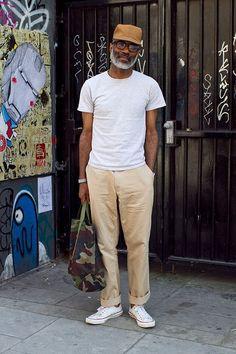 Pour une tenue de tous les jours pleine de caractère et de personnalité pense à opter pour un t-shirt à col rond gris et un pantalon chino beige. Assortis ce look avec une paire de des baskets basses blanches.