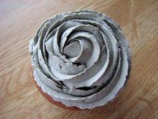 Tavallisen kermavaahdon sijaan täytekakkujen ja muiden leivonnaisten pursotuksissa voi käyttää erilaisia
