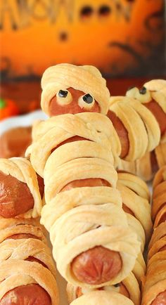 Crescent Roll Mummy Hot Dogs - Aren't they scary sweet? Halloween Snacks, Halloween Appetizers For Adults, Halloween Finger Foods, Party Finger Foods, Finger Food Appetizers, Easy Appetizer Recipes, Appetizers For Party, Creepy Halloween, Party Recipes