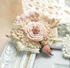 Броши ручной работы. Брошь Нежность вязаная, текстильная, с бисером в винтажном стиле. Юлия Белякова (lace-and-aran). Ярмарка Мастеров.