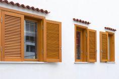 Quali sono i vantaggi e i difetti delle persiane in legno per le finestre? E come si installano, sostituiscono e quanto costano? In questo articolo risponderemo a tutte queste domande! http://www.arredamento.it/persiane-in-legno.asp #persiani #legno #infissi #finestre