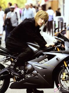 At first glance I thought it was someone doing an awesome cosplay of Cloud Strife. But it's just Jaejoong riding his bike ._.