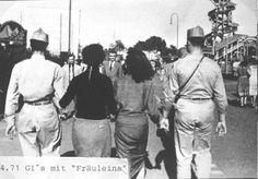 """US-Soldaten mit Österreicherinnen, die als """"Amiweiber"""" bzw. """"Fräuleins"""" diffamiert wurden. Das Bild wurde zwischen 1945 und 1947 in Wien aufgenommen. Austria, Postwar, World War Two, Pictures, Historical Pictures, Soldiers, Woman, Post War Era"""