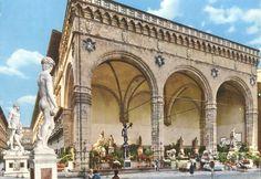 1971 – FIRENZE – TOSCANA - Loggia dell'Orcagna e Piazza della Signoria La Loggia della Signoria si trova in piazza della Signoria a destra di Palazzo Vecchio e accanto agli Uffizi. Viene chiamata anche Loggia dei Lanzi perché qui si accamparono i lanzichenecchi nel 1527 di passaggio verso Roma e Loggia dell'Orcagna, per via di una errata attribuzione ad Andrea di Cione, soprannominato Orcagna, mentre la realizzazione dell'opera è stata documentata come di suo fratello Benci e di Simone…