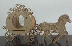carruagem com cavalos em mdf corte a laser.  altura 21cm  largura 9cm  comprimento 37cm  para baratear o frete e evitar quebras o produto e enviado desmontado, basta encaixar e colar com cola branca escolar.