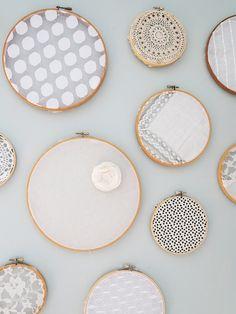 100円ショップでも手に入る刺繍枠を使って簡単DIYしてみましょう。材料は刺繍枠と布だけ!おうちに余っているハギレで簡単に作れるウォールデコレーションでお部屋がぐっとセンスアップして見えますよ♪今回はウォールデコレーションの作り方と、お部屋別のアレンジ方法などをご紹介します。
