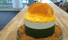 Opskrift på den eksotiske mango- og kokoskage som Jesper bagte i Den store Bagedyst 2017. Kagen bliver høj og flot, og smagen drømmer dig væk til østen.