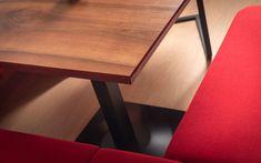 Behagliches Zirben Besprechungszimmer kombiniert mit Glas, Loden und Licht. - Tischlerei Spatzenegger Kitchen, Table, Furniture, Home Decor, Modern Home Design, Carpentry, Corning Glass, Timber Wood, Cooking