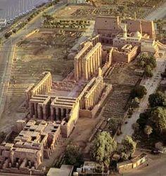 Le temple de Louxor aujourd'hui  Le temple de Louxor est un temple égyptien voué au culte d'Amon. Situé au cœur de l'ancienne Thèbes, il fut construit pour l'essentiel sous les XVIIIe et XIXe dynasties. Il était consacré au dieu dynastique Amon sous ses deux aspects d'Amon-Rê céleste et d'Amon-Min (divinité ithyphallique).  Les parties les plus anciennes actuellement visibles remontent à Amenhotep III et à Ramsès II. Par la suite, de nouveaux éléments furent ajoutés par Chabaka, Nectanébo…