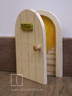 Una puerta para el ratoncito Pérez que se abre. Con dibujo de escaleras en su interior. Diy Fairy Door, Fairy Doors, Fairy Garden Houses, Secret Rooms, Wood Interiors, Barbie Furniture, Hobbies And Crafts, Painting On Wood, Decoration