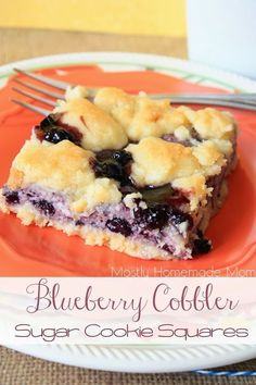 Blueberry Cobbler Sugar Cookie Squares - Sweet blueberry cheesecake filling sandwiched between sugar cookie cobbler - so simple and irresistible! <<Sub huckleberries for blueberries! Blueberry Syrup, Blueberry Cobbler, Blueberry Recipes, Blueberry Cheesecake, Blueberry Squares, Strawberry Cobbler, Blueberry Bars, Strawberry Recipes, Köstliche Desserts