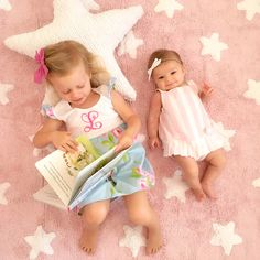 La alfombra Stars, es una alfombra lavable, realizada a mano cuidadosamente una a una y de forma artesanal. Pueden producirse pequeñas variaciones de color y forma en la que recibas en casa, por favor, no lo tomes como un defecto, tu alfombra es una pieza única.  La alfombra Stars está disponible en 5 colores:  rosa empolvado con estrellas en blanco, azul empolvado con estrellas en blanco, gris con estrellas en blanco, lino con estrellas en blanco, y azul oscuro con estrellas en blanco.