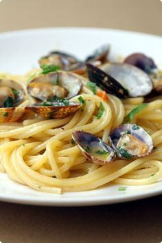 """Agnese Italian Recipes: Italian Ostia Spaghetti with clams The spaghetti with clams are one of the most famous and popular dishes of the Neapolitan culinary tradition , where they are known as """" vermicelli with clams ."""" Although now the spaghetti with cl Seafood Recipes, Pasta Recipes, Dinner Recipes, Cooking Recipes, Healthy Recipes, Seafood Pasta, Italian Pasta, Italian Dishes, Best Italian Recipes"""